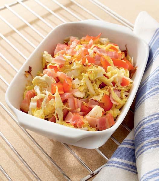 Капустный салат с беконом и крутонами