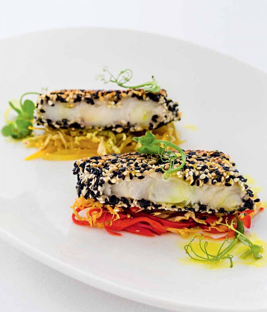 Морской черт в шубе из кунжута с овощами