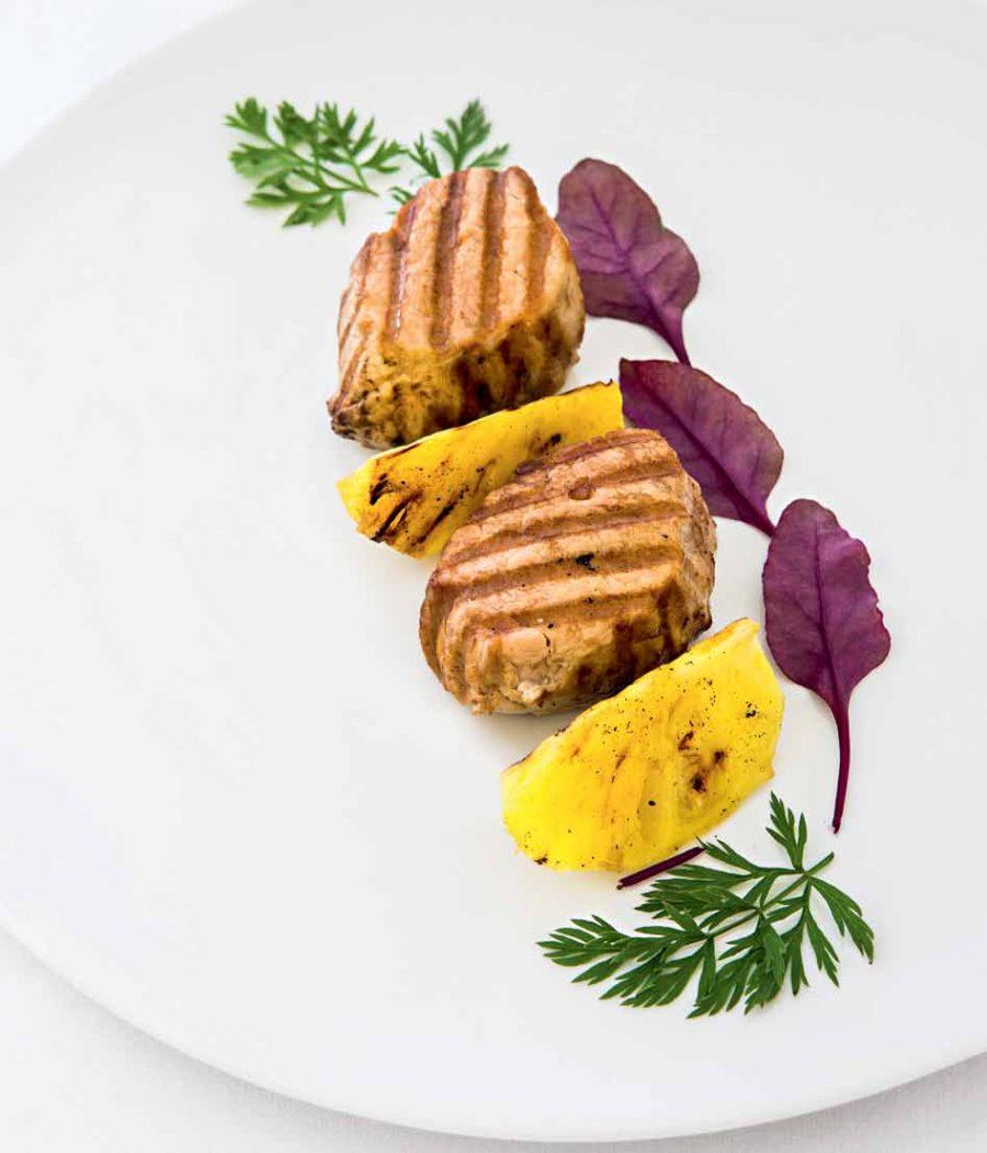 Свиная вырезка в ореховом соусе с ананасами